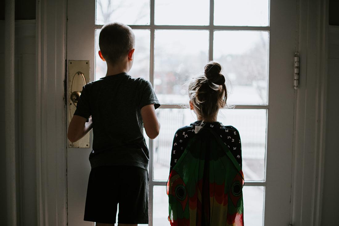children looking out front door